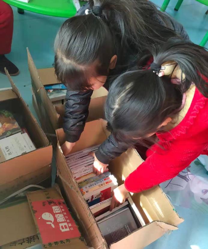 孩子们正在看捐赠的书籍