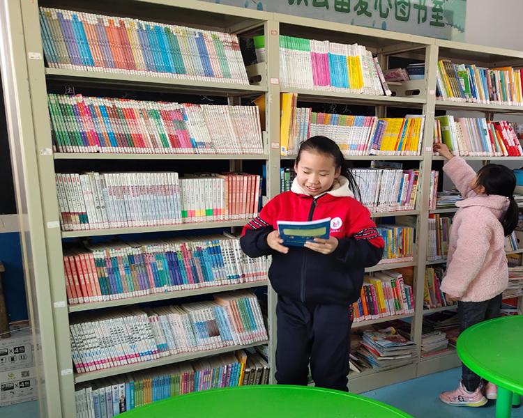孩子们为书籍感到开心